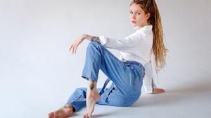 Igor Kupriyanov Aliona German Model Women Jeans Barefoot 2560x1707 wallpaper