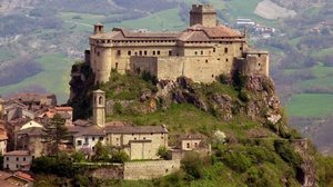 Castle Of Bardi Fortress Italy 2048x1244 Wallpaper