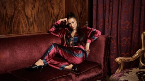 American Bella Hadid Black Hair Model Sofa 2600x1733 Wallpaper