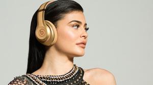 American Black Hair Girl Headphones Kylie Jenner Model Woman 2829x1591 Wallpaper