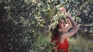 Brunette Depth Of Field Girl Lipstick Model Mood Woman Wreath 2100x1400 Wallpaper