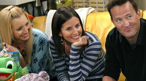 Chandler Bing Courteney Cox Friends Tv Show Lisa Kudrow Matthew Perry Monica Geller Phoebe Buffay 2000x1331 Wallpaper