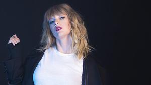 American Blonde Singer Taylor Swift 2000x1125 Wallpaper