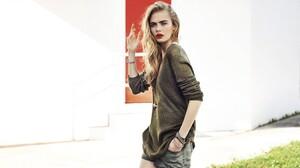 Cara Delevingne Women Model Green Sweater Blonde Eyebrows Red Lipstick Long Hair Makeup Hands In Poc 2560x1440 Wallpaper