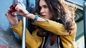 Celebrity Camera Yellow Jacket Jacket Grey Tops Watch Messy Hair Watches Actress Canon Photography B 2048x1280 wallpaper