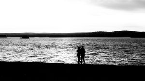 Silhouette Monochrome Low Saturation Hugging Lake Island Love Outdoors Water 2567x1444 Wallpaper