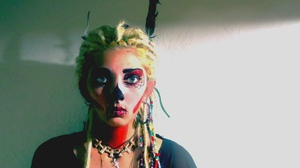 Women Looking At Viewer Natural Light Sugar Skull Dyed Hair Dreadlocks Makeup Feathers Necklace Blon 1280x960 Wallpaper