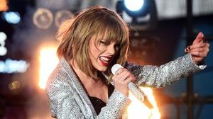 American Blonde Microphone Singer Taylor Swift 4200x2764 Wallpaper
